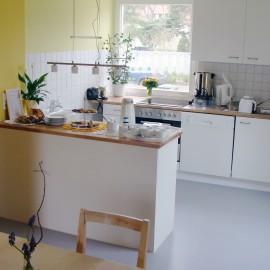 Blick aus dem Cafe in die Küche