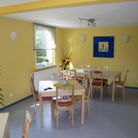 Blick ins Cafe von der Tür nach rechts