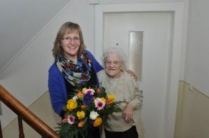 WoBau-Mitarbeiterin Barbara Gabriel gratuliert Frieda Kaleta.