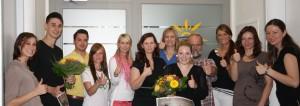 Glückliche WoBau-Azubis Henrik Grabenhort und Sandra Schüler (jeweils mit dem Blumenstrauß in der Hand)