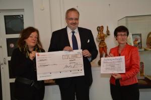 Mit Scheck und Stiftungsurkunde (von links): Museumsleiterin Charlotte Papendorf, WoBau-Geschäftsführer Markus Hering und Ruth Naumann von der Stiftung Eulenspiegel-Museum.