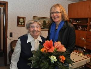 Selma Babinicz (links) nimmt von Barbara Gabriel einen Blumenstrauß entgegen.