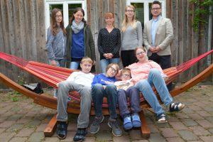 Am Kinderhaus Eitzum (hinten von rechts): Norman Migura, Larissa Kammer, Eileen Günzel und Wiebke Piffer.
