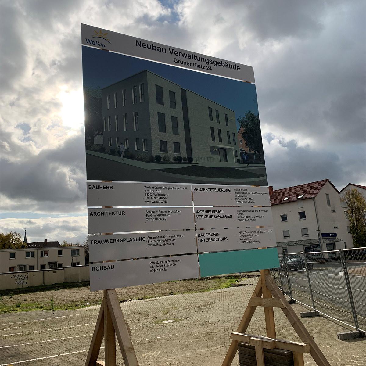 Bauschild Neubau Verwaltungsgebäude Grüner Platz 24